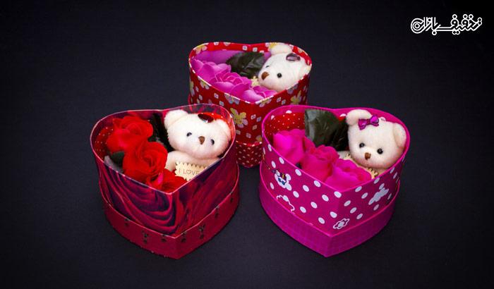جعبه کادویی قلبی گل صابونی همراه با عروسک خرسی