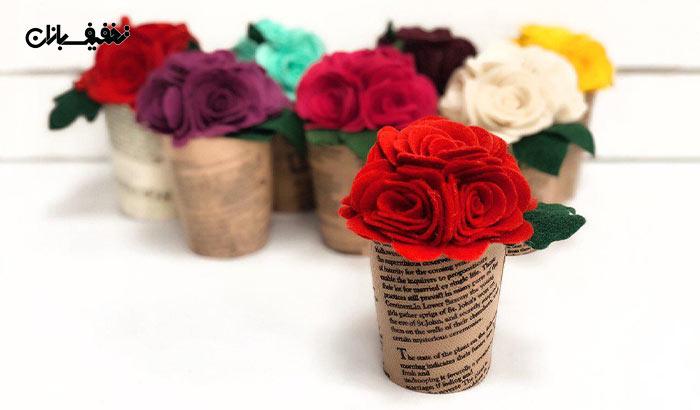 گل رز نمدی همراه با لیوان روزنامهای